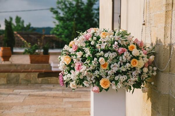 Στολισμος εκκλησιας με μπουκετο λουλουδιων