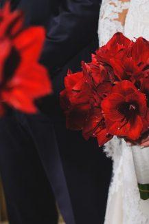 Νυφικη ανθοδεσμη με κοκκινες αμαρυλλιδες