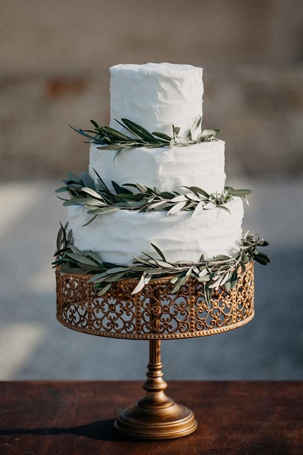 Τριωροφη λευκη τουρτα γαμου
