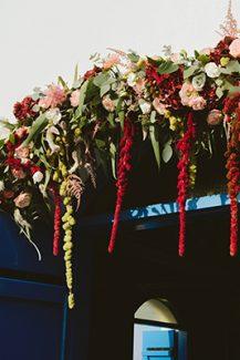 Στολισμος εκκλησιας με μπορντω, marsala και blush pink λουλουδια
