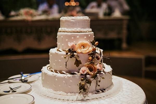 Τετραωροφη λευκη τουρτα γαμου