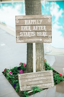 """Ξυλινες πινακιδες """"happily ever after starts here"""""""