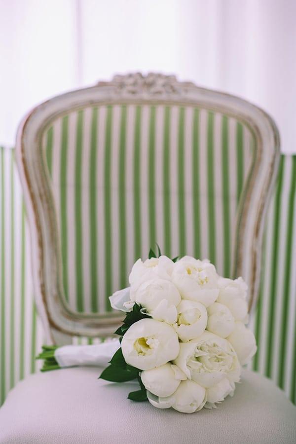 Πανεμορφη νυφικη ανθοδεσμη με λευκες παιωνιες