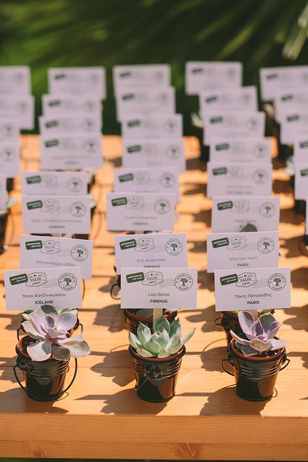 Πρωτοτυπο wedding seating plan με παχυφυτα και τα ονοματα των καλεσμενων