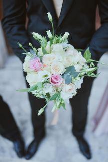 Ρομαντικη ανθοδεσμη με λευκα και ροζ τριανταφυλλα