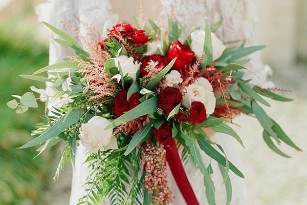 Ρομαντικες νυφικες ανθοδεσμες με κοκκινα λουλουδια