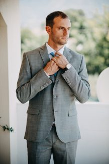 Κοστουμι γαμπρου σε γκρι χρωμα