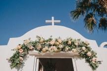 Γιρλαντα απο ανθη στην εισοδο της εκκλησιας