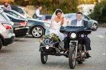 Πρωτοτυπη αφιξη της νυφης στην εκκλησια