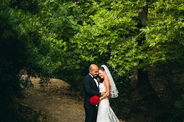 Ρομαντικος γαμος σε κοκκινο και λευκο χρωμα