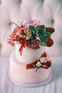 Τουρτα γαμου στολισμενη με λουλουδια και παχυφυτα