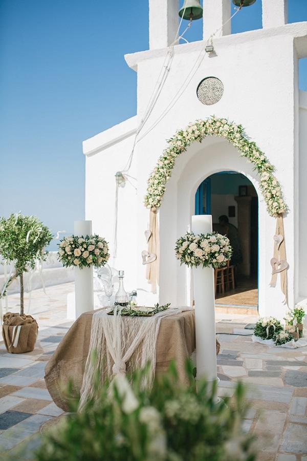 Στολισμός εκκλησίας με τριαντάφυλλα και ελιά