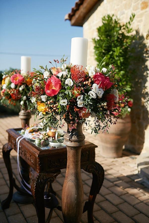 Στολισμος εκκλησιας με φρεσκα λουλουδια