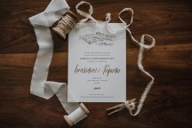 Προσκλητηριο γαμου με χρυσες λεπτομερειες