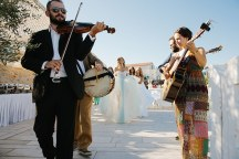 Συνοδεια νυφης με παραδοσιακη μουσικη