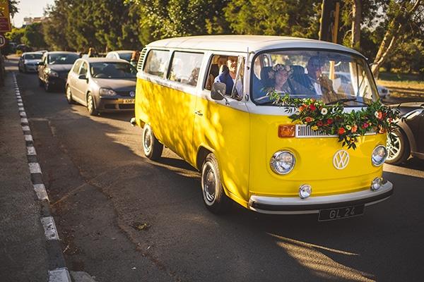 Ρετρο λεωφορειο για μεταφορα της νυφης στην εκκλησια