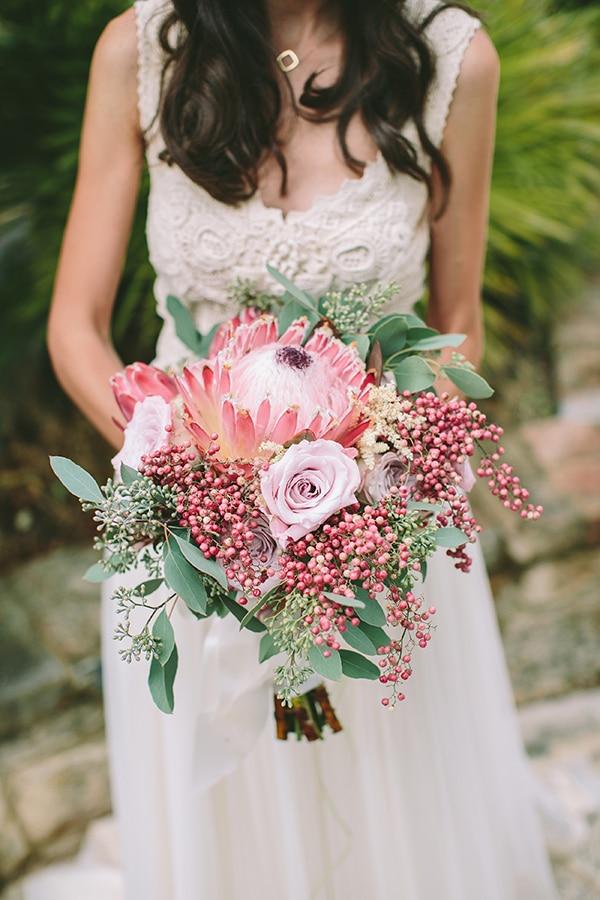Νυφικη ανθοδεσμη με ροζ βασιλικη protea