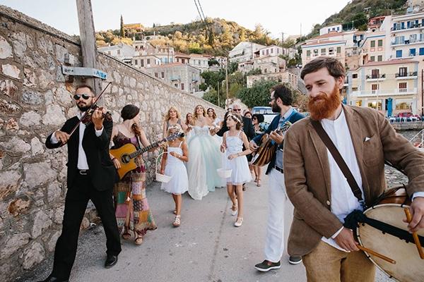 Συνοδεία νύφης στην εκκλησία με παραδοσιακή μουσική