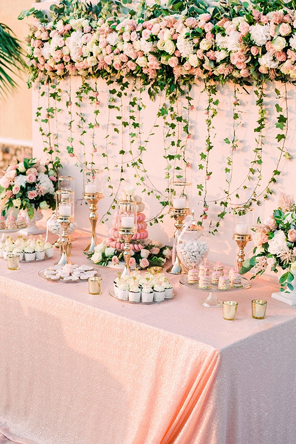 Candy table για το χωρο της δεξιωσης γαμου