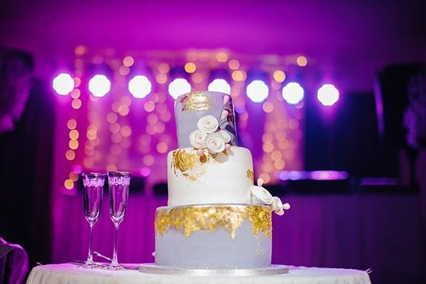 Τούρτα γάμου σε λευκό και γκρίζο χρώμα, με χρυσές λεπτομέρειες