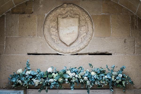 Γιρλαντα λουλουδιων για την εισοδο της εκκλησιας