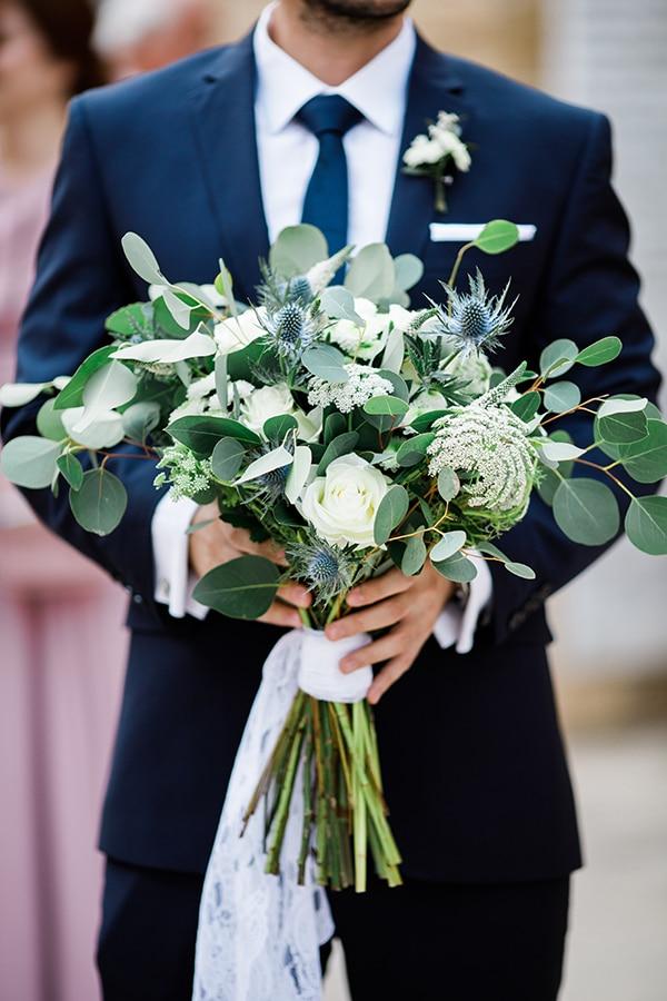 Ασυμμετρη νυφικη ανθοδεσμη με ευκαλυπτο και λευκα λουλουδια