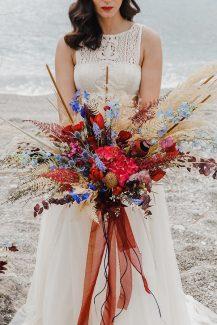 Bohemian νυφικη ανθοδεσμη με pampas grass και κοκκινα λουλουδια