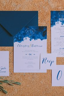 Προσκλητήρια γάμου με royal blue λεπτομέρειες