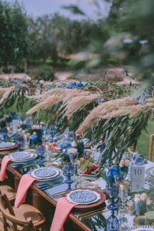 Διακοσμηση δεξιωσης με royal blue λεπτομερειες και pampas grass