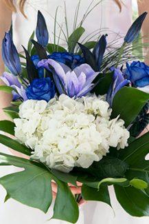Tropical νυφικη ανθοδεσμη με τροπικα φυλλα, μπλε ανθη και ορτανσιες
