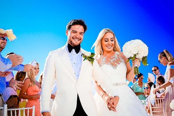 Εντυπωσιακός καλοκαιρινός γάμος στη Σαντορίνη