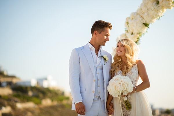 Εντυπωσιακός γάμος με λευκά άνθη στη Μύκονο