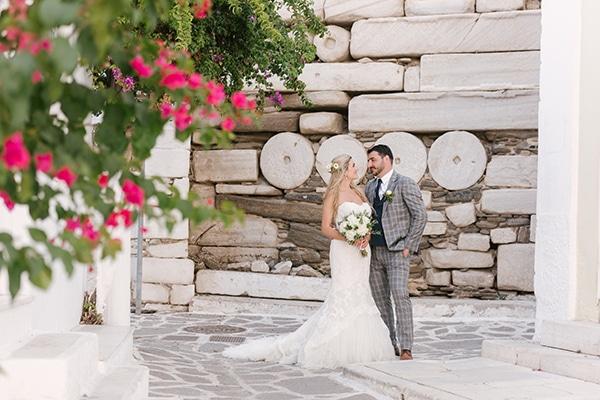 Ρομαντικος γαμος σε νησι με λευκα λουλουδια
