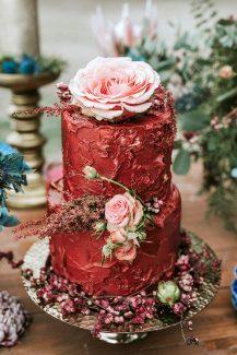 Διακόσμηση κόκκινης τούρτας γάμου