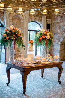 Dessert table με ανθοστηλες