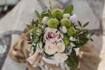 Στολισμος τραπεζιου με μικρα μπουκετα λουλουδιων