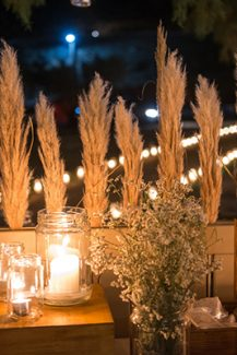 Ρομαντικη διακοσμηση με λουλουδια και κερια