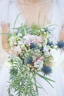 Νυφικη ανθοδεσμη με ιδιαιτερα λουλουδια