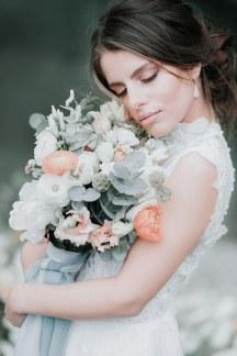 Πανεμορφη νυφικη ανθοδεσμη σε απαλους χρωματισμους