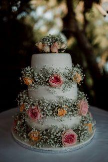 Ολόλευκη τούρτα γάμου με λουλούδια