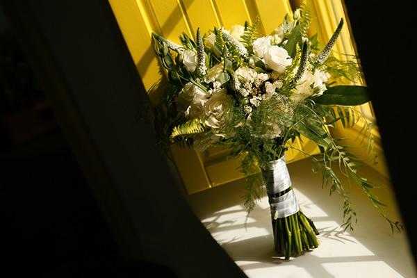 Νυφικη ανθοδεσμη με λευκα λουλουδια