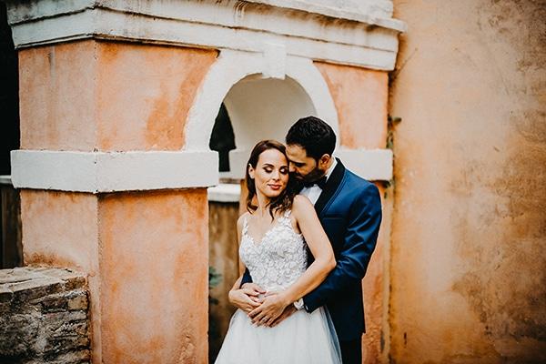 Πανέμορφος φθινοπωρινός γάμος στην Κέρκυρα με μπλε και λευκές λεπτομέρειες
