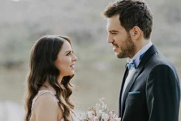 Ρομαντικός γάμος με λευκά λουλούδια που λατρέψαμε