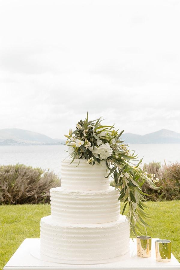 Λευκή τούρτα γάμου με λουλούδια
