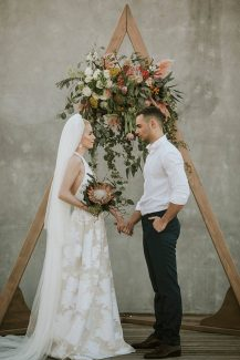 Εντυπωσιακη ξυλινη αψιδα με πανεμορφη συνθεση λουλουδιων