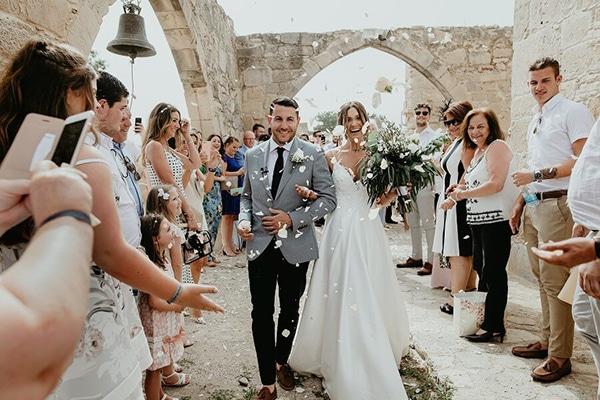 Ρουστίκ γάμος με πρασινάδα και λευκά άνθη στη Πάφο