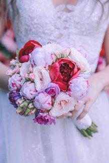 Πανεμορφη νυφικη ανθοδεσμη απο παιωνιες σε αποχρωσεις του ροζ και κοκκινου