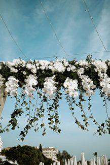 Elegant αψιδα στολισμενη με  λευκες ορχιδεες