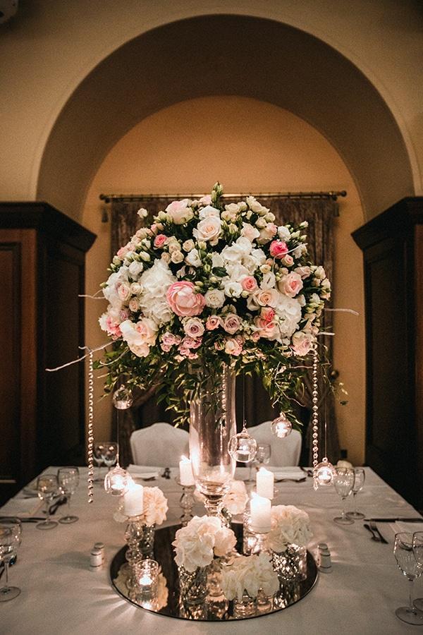 Ξεχωριστος στολισμος τραπεζιου με λουλουδια και κερια