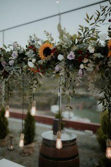 Ρομαντικος στολισμος δεξιωσης με string lights, εποχικα λουλουδια και ευκαλυπτο